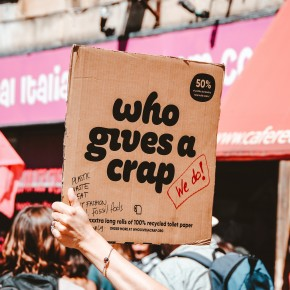 Pappkarton mit dem Text »who gives a crap«, darunter in rot: »we do!«